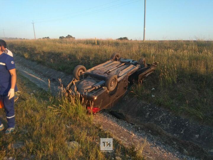 Легковушка вылетела с трассы в РТ и перевернулась на крышу, один из пассажиров погиб