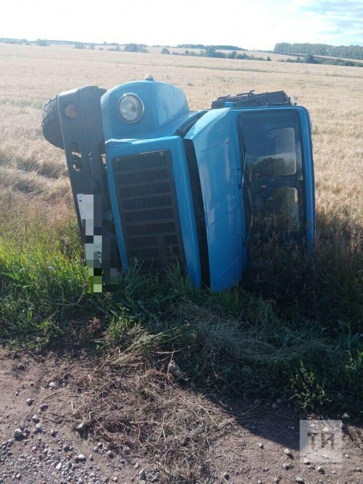 В Татарстане пьяный водитель грузовика не удержал авто на трассе и завалился в кювет
