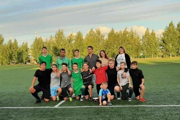 Гражданин Германии подарил юным жителям Камского Устья футбольную форму