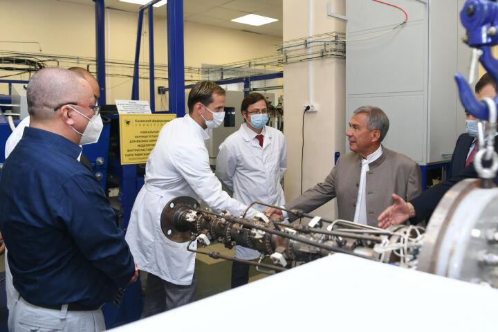 Президент Татарстана ознакомился с работой лабораторий КФУ