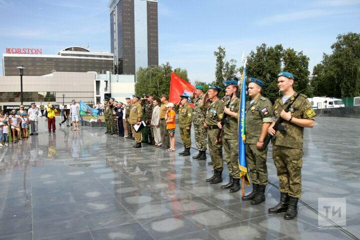 «В фонтанах не купаемся, это не наша тема»: десантники Казани провели митинг в День ВДВ