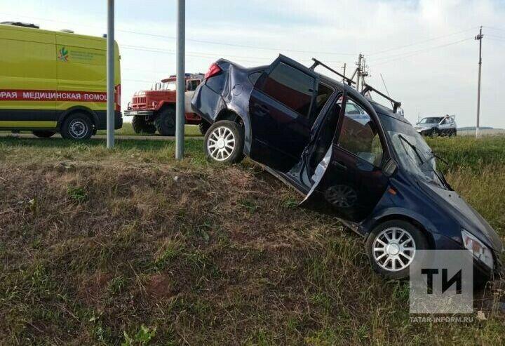 Водитель и пассажир пострадали в вылетевшей с трассы под Челнами легковушке