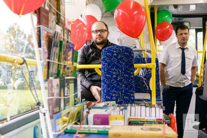 В Казани пассажиры «Литературного автобуса» покупали книги и общались с их авторами