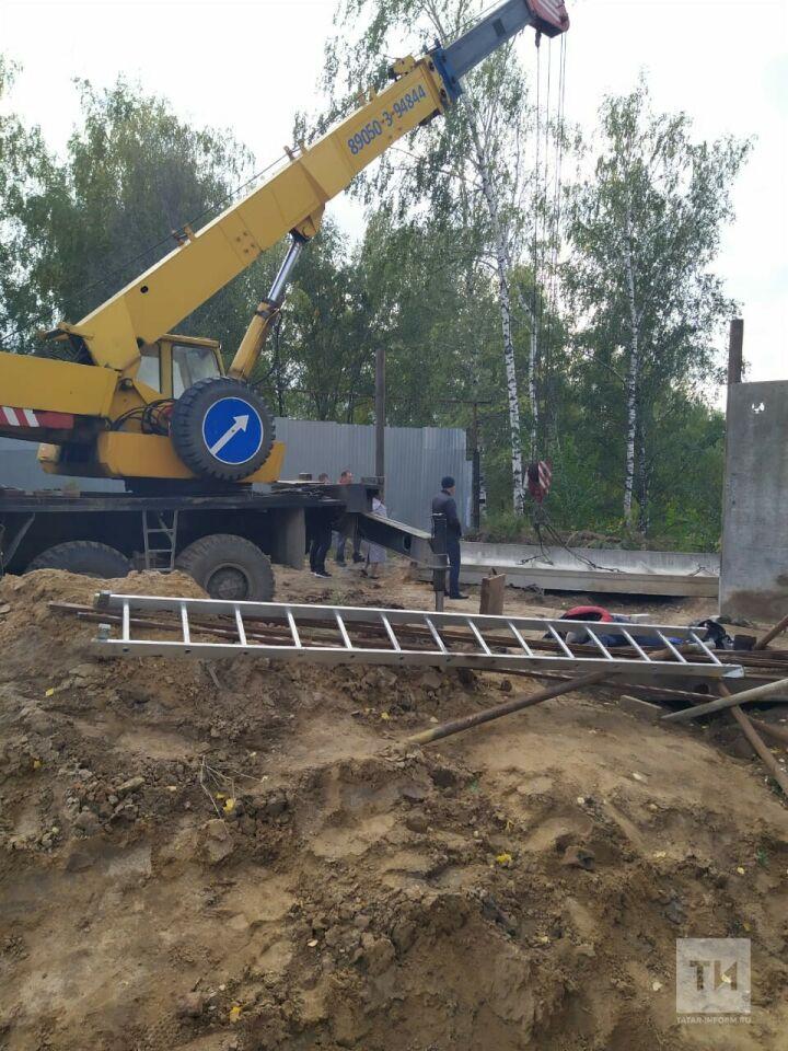 В Казани рабочего насмерть придавило бетонным забором