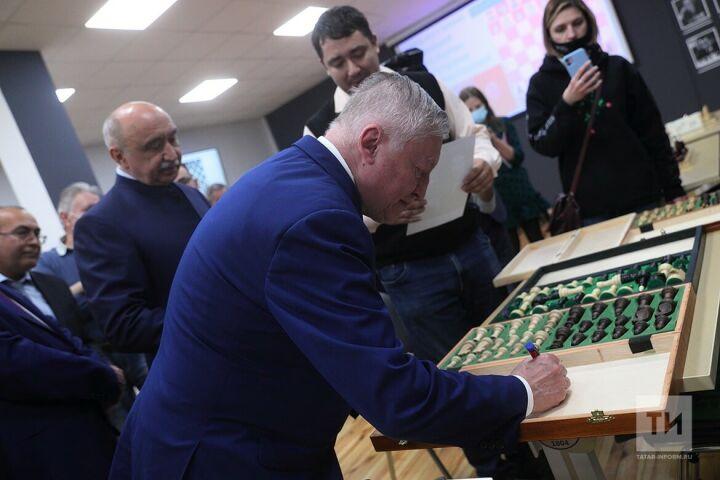 Ректор КФУ и чемпион мира по шахматам Анатолий Карпов открыли в «УНИКСе» шахматный клуб
