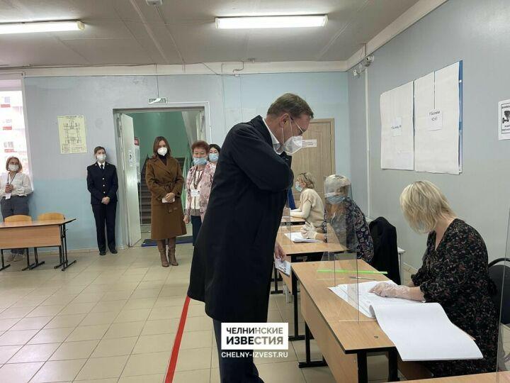 Гендиректор КАМАЗа Сергей Когогин вместе с женой проголосовал на думских выборах