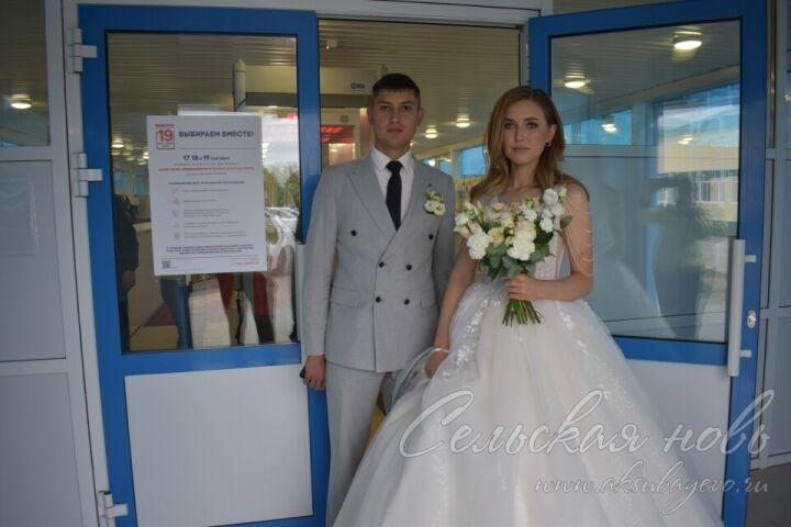 Молодые супруги из Аксубаевского района приехали на избирательный участок прямо из ЗАГСа
