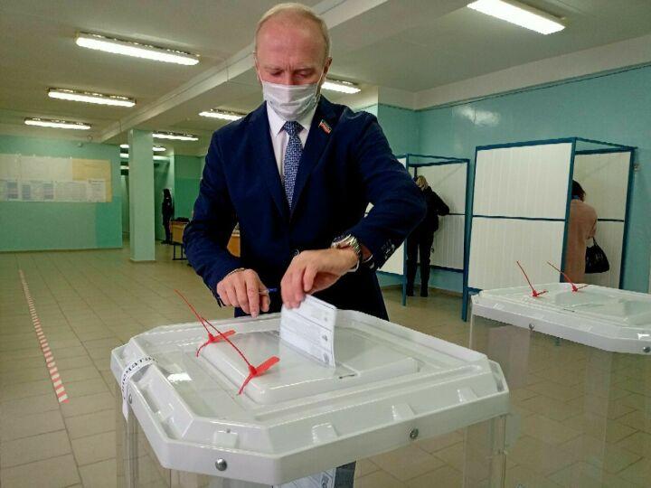 Владимир Чагин одним из первых проголосовал на своем участке в Набережных Челнах