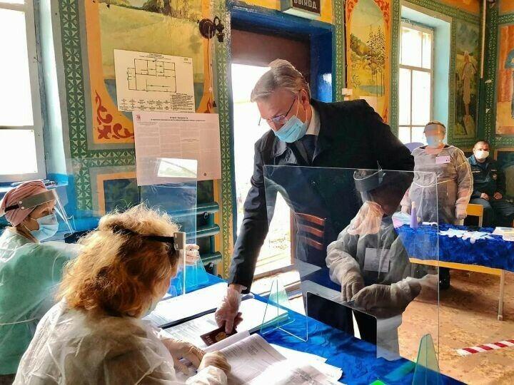 Депутат Госдумы седьмого созыва Айрат Фаррахов проголосовал в деревне Альдермыш
