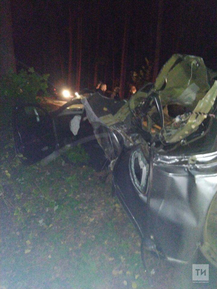 Под Казанью кроссовер вылетел с дороги и врезался в дерево, один человек погиб
