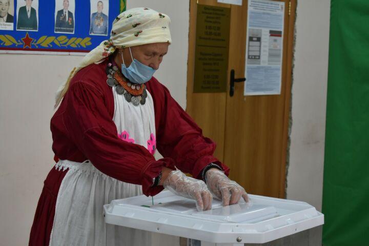 В Пестречинском районе артисты пришли на избирательный участок в кряшенских костюмах