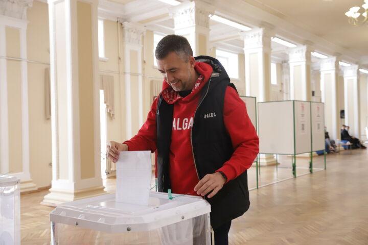 Замглавы Росмолодежи Дамир Фаттахов в Казани проголосовал на думских выборах
