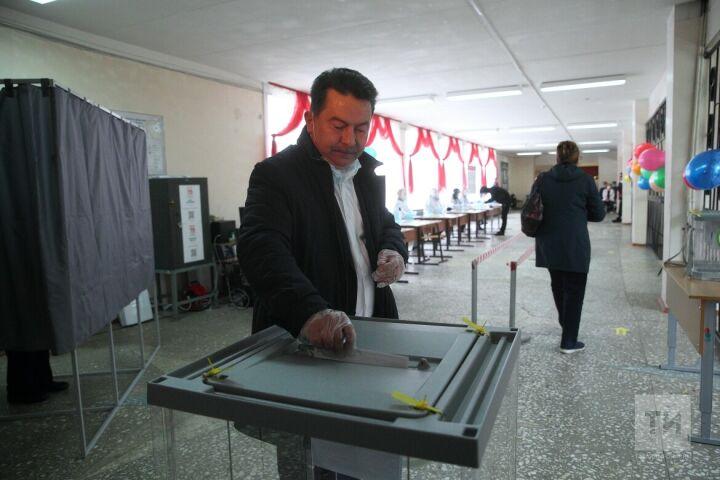 Марат Садыков проголосовал на думских выборах и осмотрел кабинет вакцинации на участке