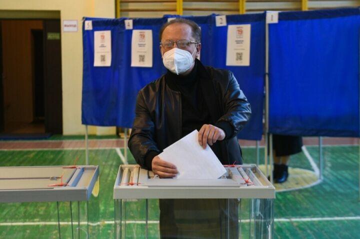 «С прекрасным настроением»: Айдар Метшин отдал свой голос на выборах в Нижнекамске