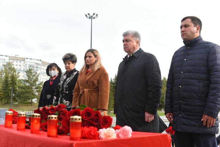 Мэр Челнов Наиль Магдеев возложил цветы к мемориалу в память о погибших в Перми