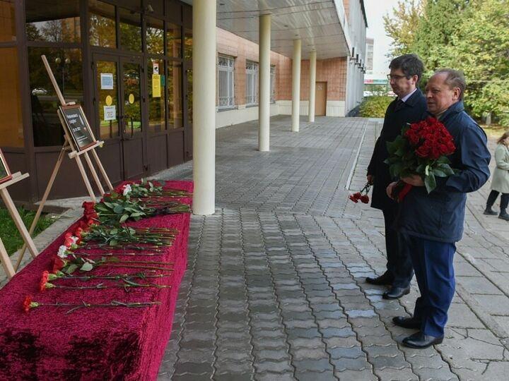 Мэр Нижнекамска возложил цветы к стихийному мемориалу в память о погибших в Перми