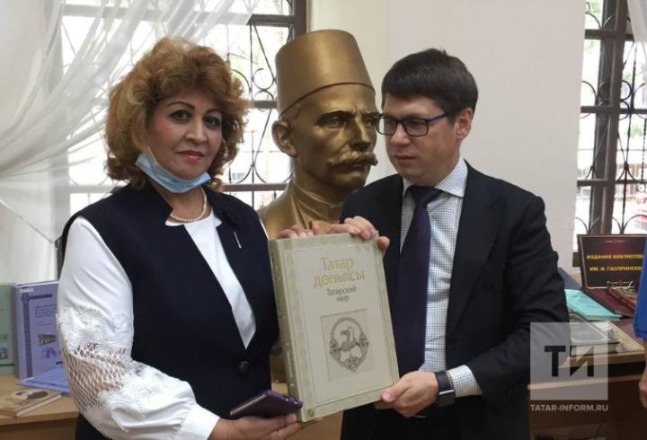 Делегация АО «Татмедиа» передала в дар книги крымскотатарской библиотеке в Симферополе