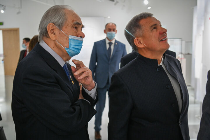 Минниханов и Шаймиев посетили выставку «Глобальный мир татарской книжности»