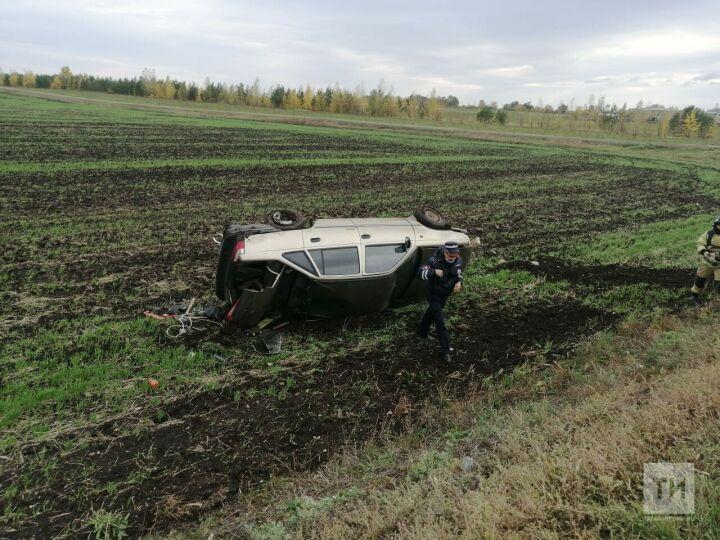 В Сармановском районе легковушка завалилась в кювет, водитель в больнице