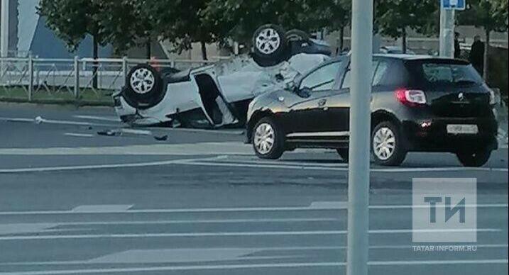 Внедорожник снес забор и перевернулся на крышу после ДТП с легковушкой в центре Казани