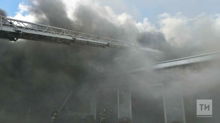 В Челнах пожарные тушат производственный бокс
