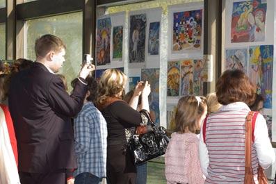 Выставка рисунков.  Концертный зал Московского городского