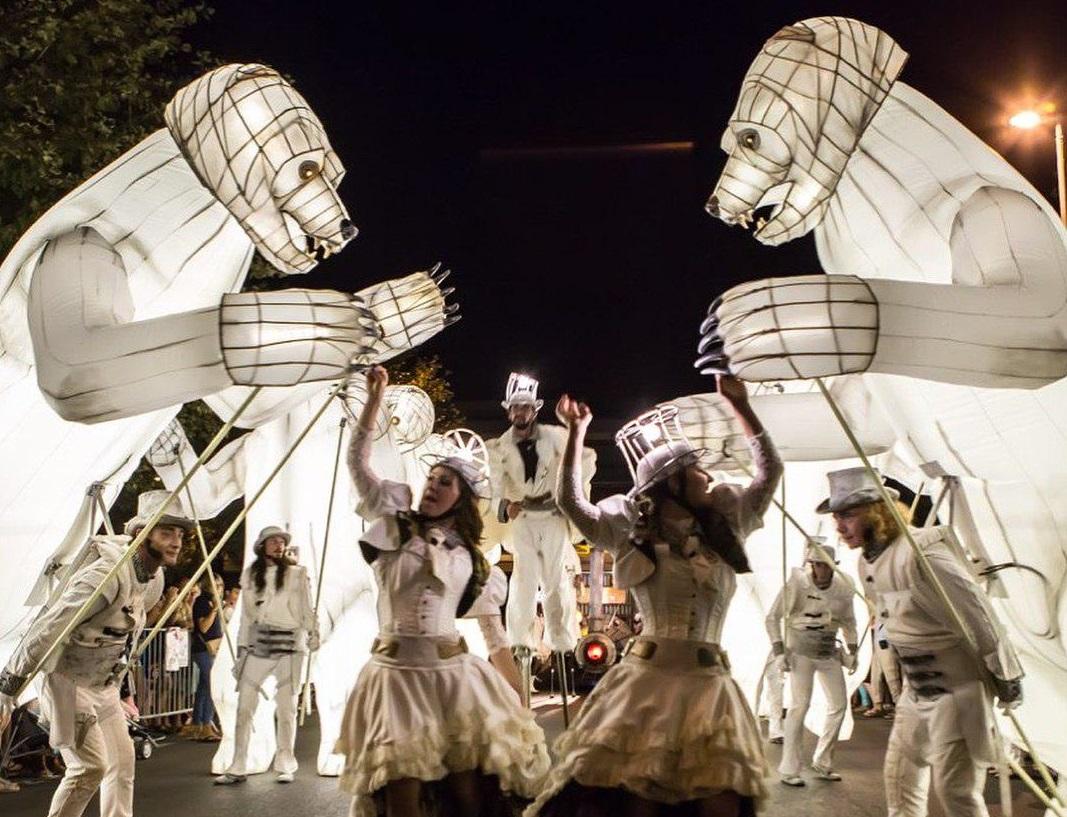 Впарках Казани вНовый год выступает французский передвижной театр