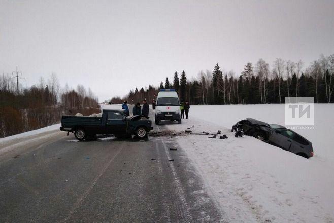 ВТатарстане после лобового столкновения умер  шофёр