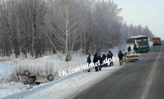 Надороге Татарстана столкнулись автобус илегковая машина