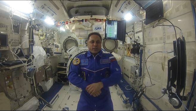 Русский космонавт продемонстрировал, как летает напылесосе поМКС