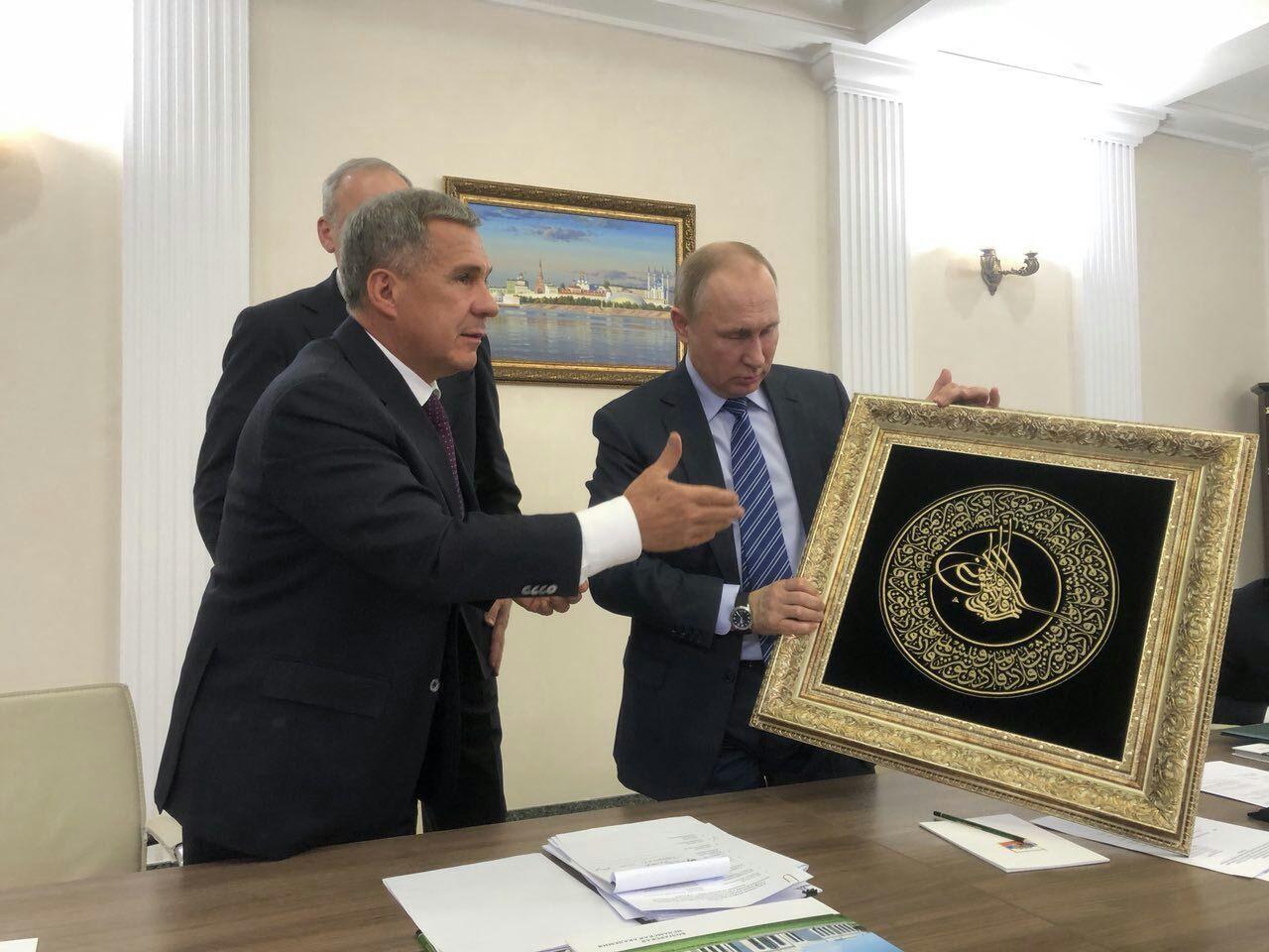 Минниханов вКазани подарил Путину тугру его имени