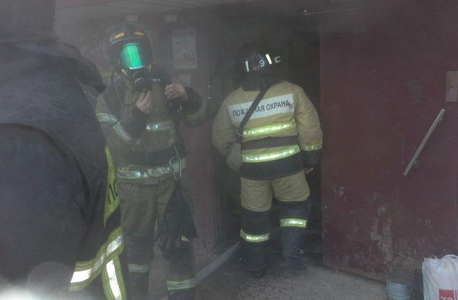 ВЦесисе изгорящего дома спасли двоих человек икота