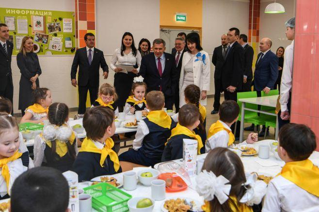 Президент РТ стал гостем фестивалей «Большие семейные игры» и «Без бергэ» в школе № 181 Казани