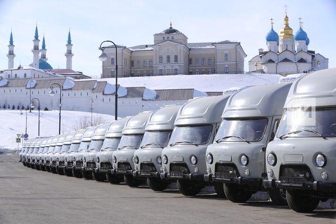 Рустам Минниханов вручил автомобили ветслужбам и потребкооперативам Татарстана