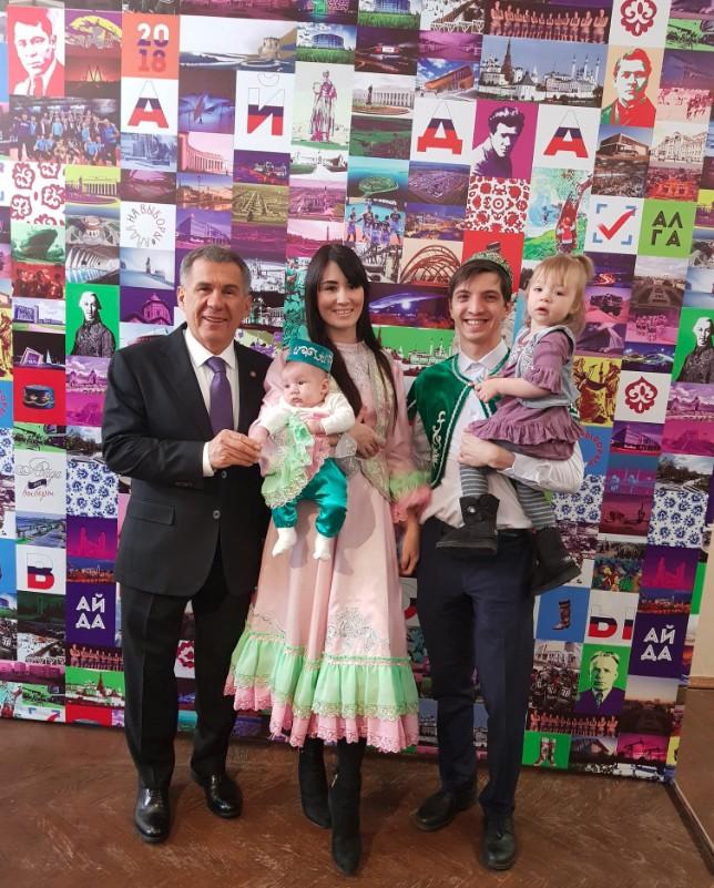 Рустам Минниханов с супругой проголосовали на выборах Президента России