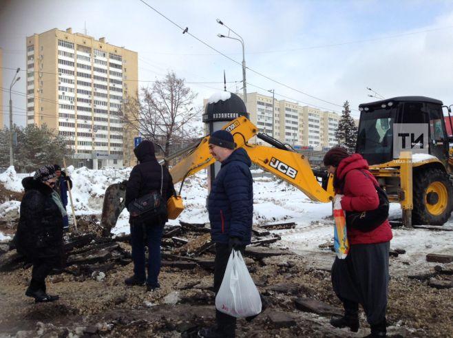 В Казани на выходе из станции метро «Козья слобода» строители пустили технику «по головам» людей