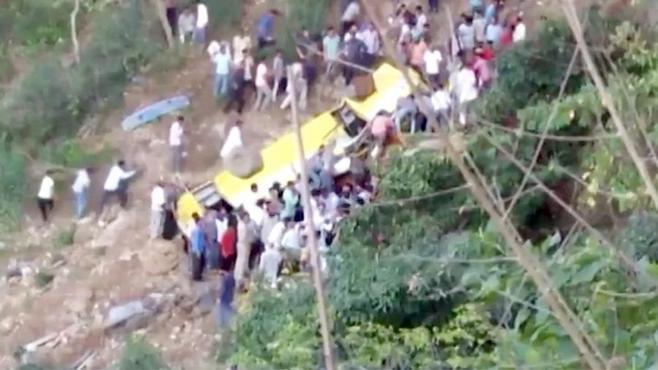 Ученический  автобус рухнул в30-метровое ущелье вИндии