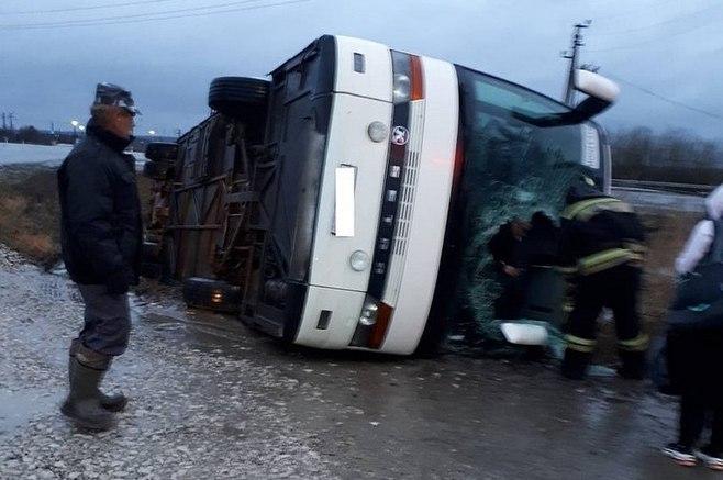 В Удмуртии два человека пострадали в перевернувшемся туристическом автобусе