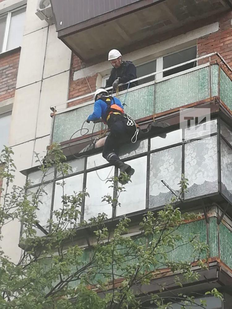 В Альметьевске спасли упавшего на козырек балкона 52-летнего мужчину