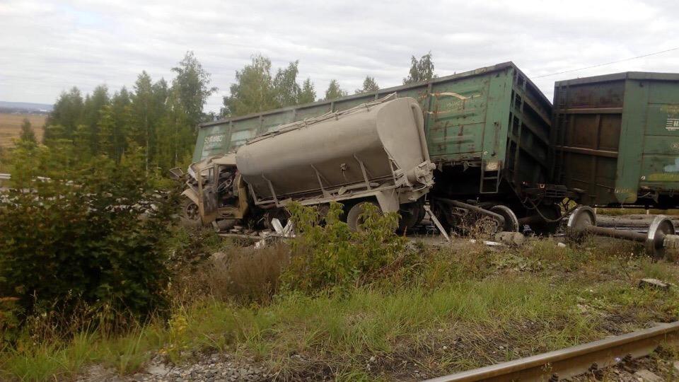 В Альметьевском районе РТ автоцистерна протаранила грузовой состав