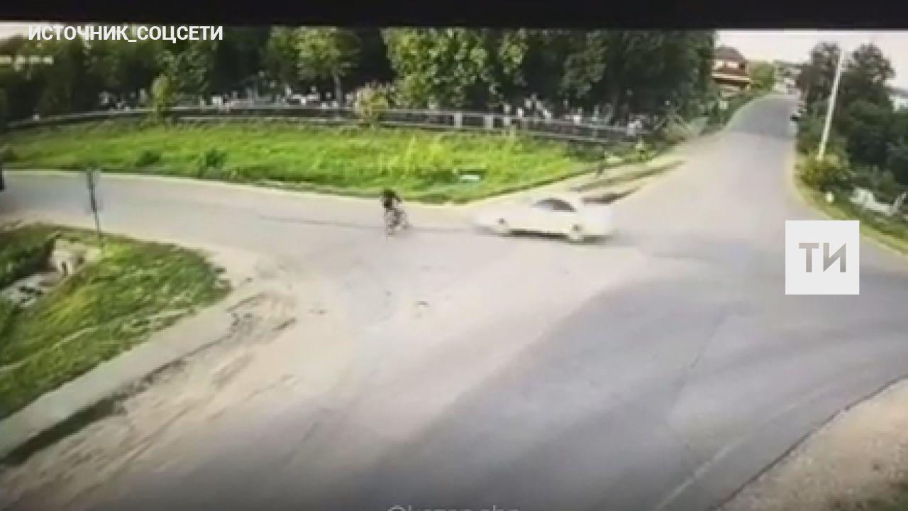 На видео попало, как в Татарстане легковушка насмерть сбила школьника-велосипедиста