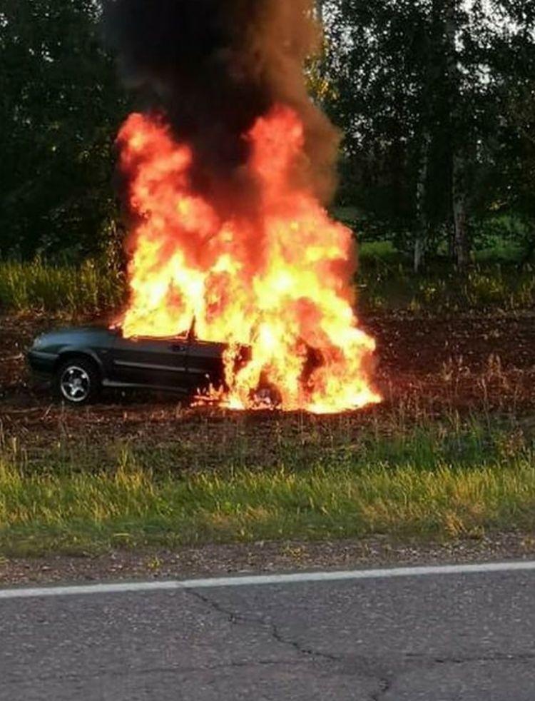 Очевидцы сняли на видео горящий автомобиль под Актюбинском