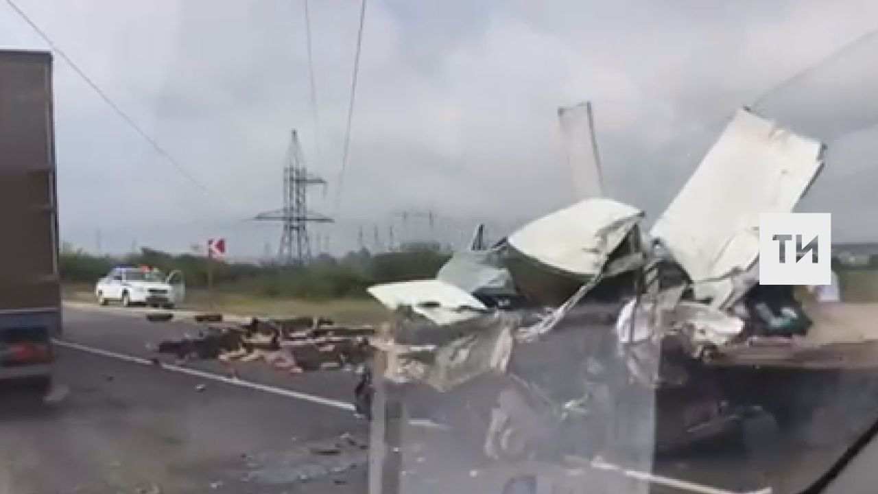 Недалеко от Альметьевска очевидцы сняли на видео последствия лобового столкновения фуры и «ГАЗели» с продуктами +[ФОТО и ВИДЕО]