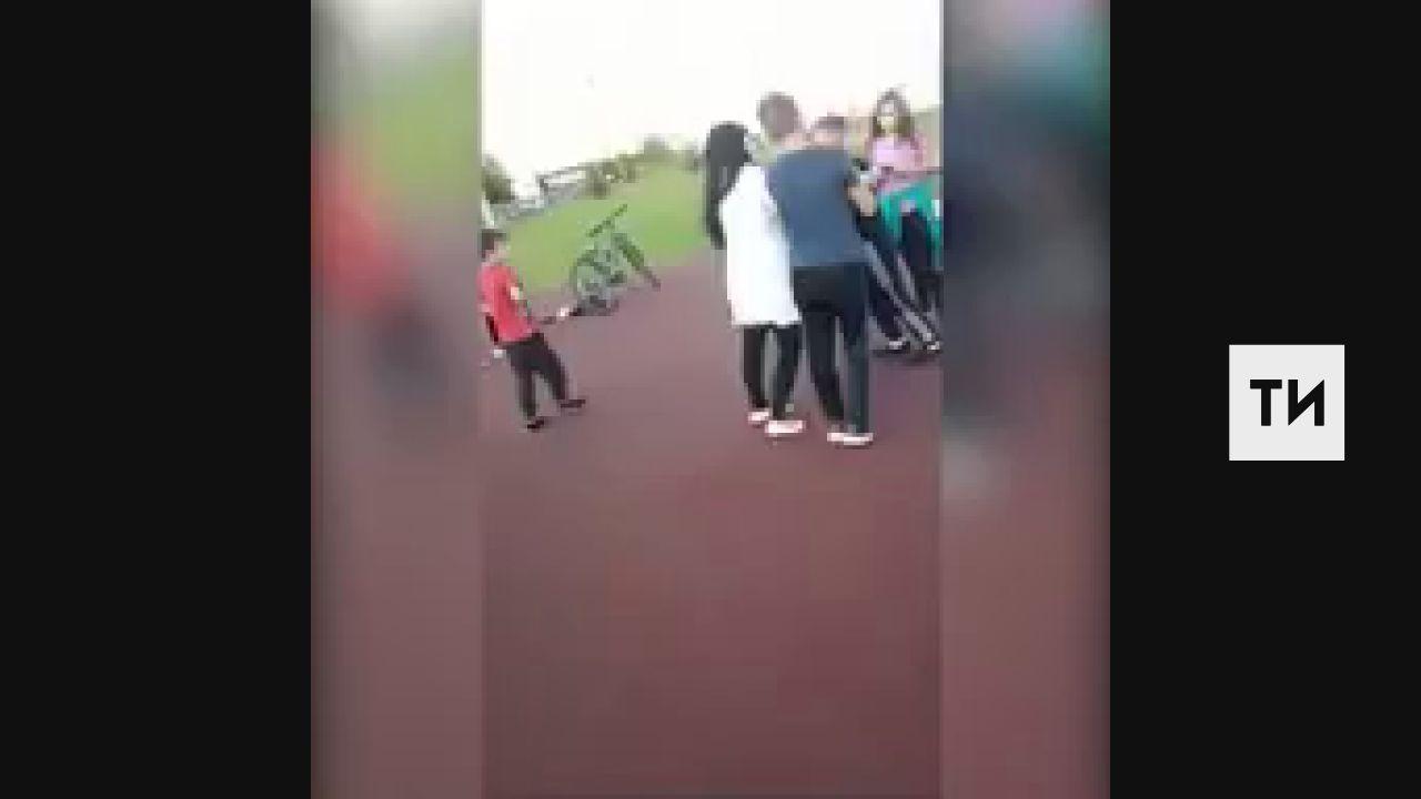 Очевидцы сняли, как в Татарстане подросток набросился на женщину на спортплощадке