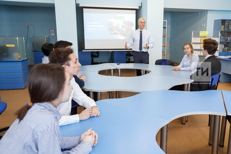 """Ð?сполнительный директор WorldSkills Дэвид Хоуи посетил лицей â""""–177 и провёл лекцию о WorldSkills для учащихся."""