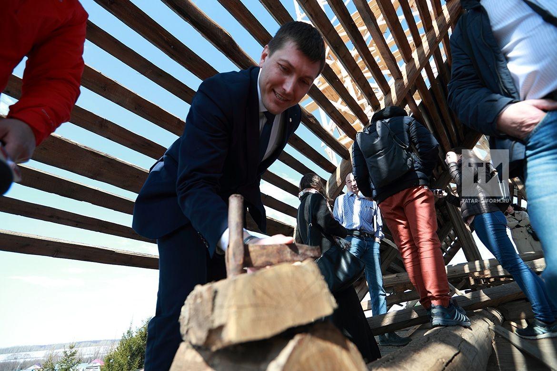 Архитектор-реставратор Александр Попов провел мастер-класс для студентов Казанского строительного колледжа. Молодые люди приехали в село Большая Елга в Рыбно-Слободском районе Татарстана, чтобы увидеть, как специалист восстанавливает деревянную мечеть 19 века.