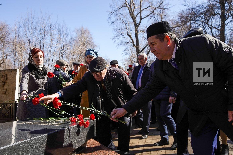 Возложение цветов к памятнику Тукая с участием деятелей искусства Актеров театра писателей певцов