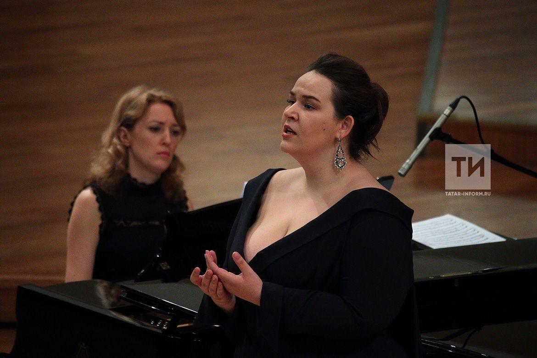 Во втором туре каждый из участников исполняет романс Ðœ.И.Глинки и одну арию из оперы русского или зарубежного композитора (по выбору жюри).