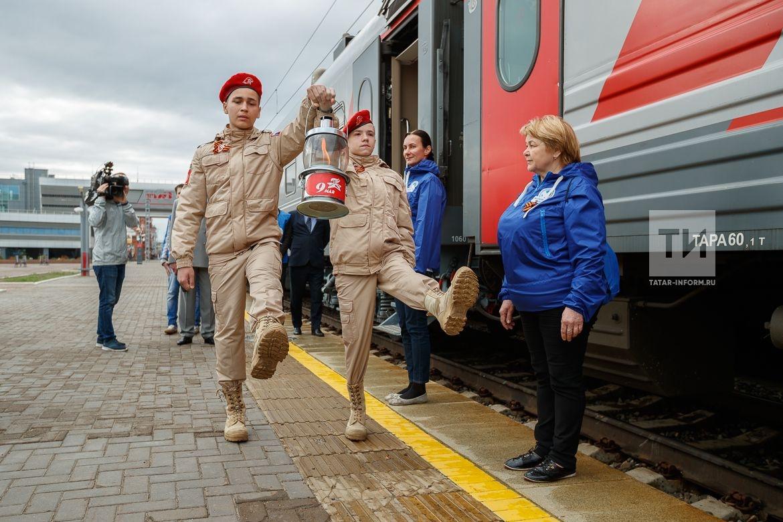 Церемония передачи вечного огня от могилы неизвестного солдата у Кремлевской стены во вновь открывшийся мемориальный комплекс ВОВ в г.Казани (жилой микрорайон в Юдино)